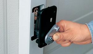 KROK XI - Specjalny otwór do systemu mechanicznego ryglowania bramy