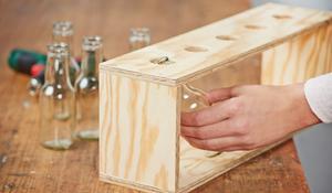 Krok V – Wypelnienie stojaka butelkami